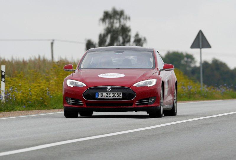因應競爭,特斯拉(Tesla)調降Model S售價。(路透)