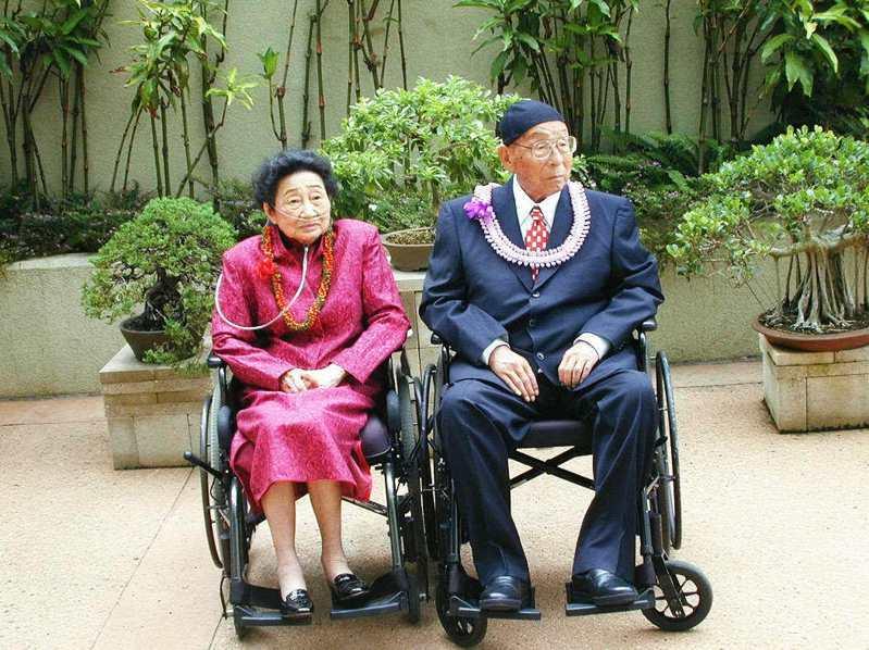 2000年5月西安事變主角張學良在夏威夷過百歲大壽時,夫人趙一荻帶著氧氣管陪伴在旁。圖/聯合報系資料照片