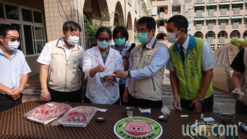 台南市長黃偉哲今天到北區立人國小視察午餐食材驗收機制。記者鄭惠仁/攝影