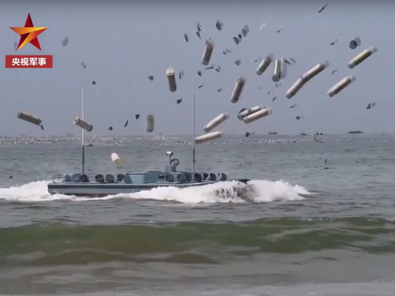 無人船射出大量彈藥,爆破水雷等反登陸障礙。圖/影片截圖