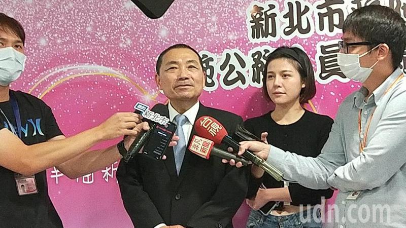 柯文哲昨日在台北市議會時喊話,北市不可能讓新北綁架,新北市長侯友宜(左二)表示,不急著討論這個,主要是針對環狀線是否要提早解約,才是思考方向。記者江婉儀/攝影