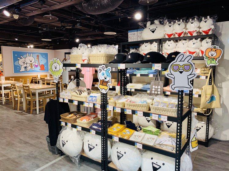 同步與主題餐廳登場的商店,販售有多款小突兔週邊商品。圖/FANFANS提供