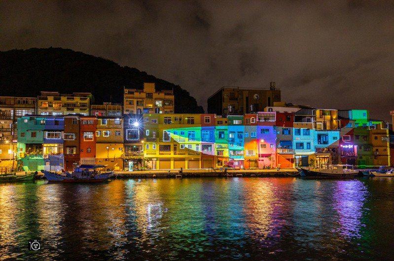 昨晚試燈讓民眾大為驚豔,比出國還美麗,不僅勾勒出色彩屋建築物的輪廓,更呈現光影變幻的夢境,充海海派的浪漫。圖/基隆市政府提供