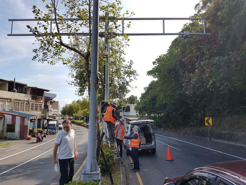 宜蘭縣政府公告全縣測速照相桿位位置,北宜公路兩支區間測速桿名列其中,引起廣大車友關注。圖為區間測速施工圖。記者張議晨/翻攝