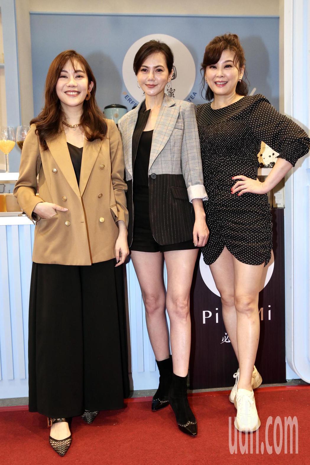 藝人簡沛恩(中)手搖品牌參加加盟展,揪閨蜜方馨(右)、王宇婕(左)站台。記者林俊