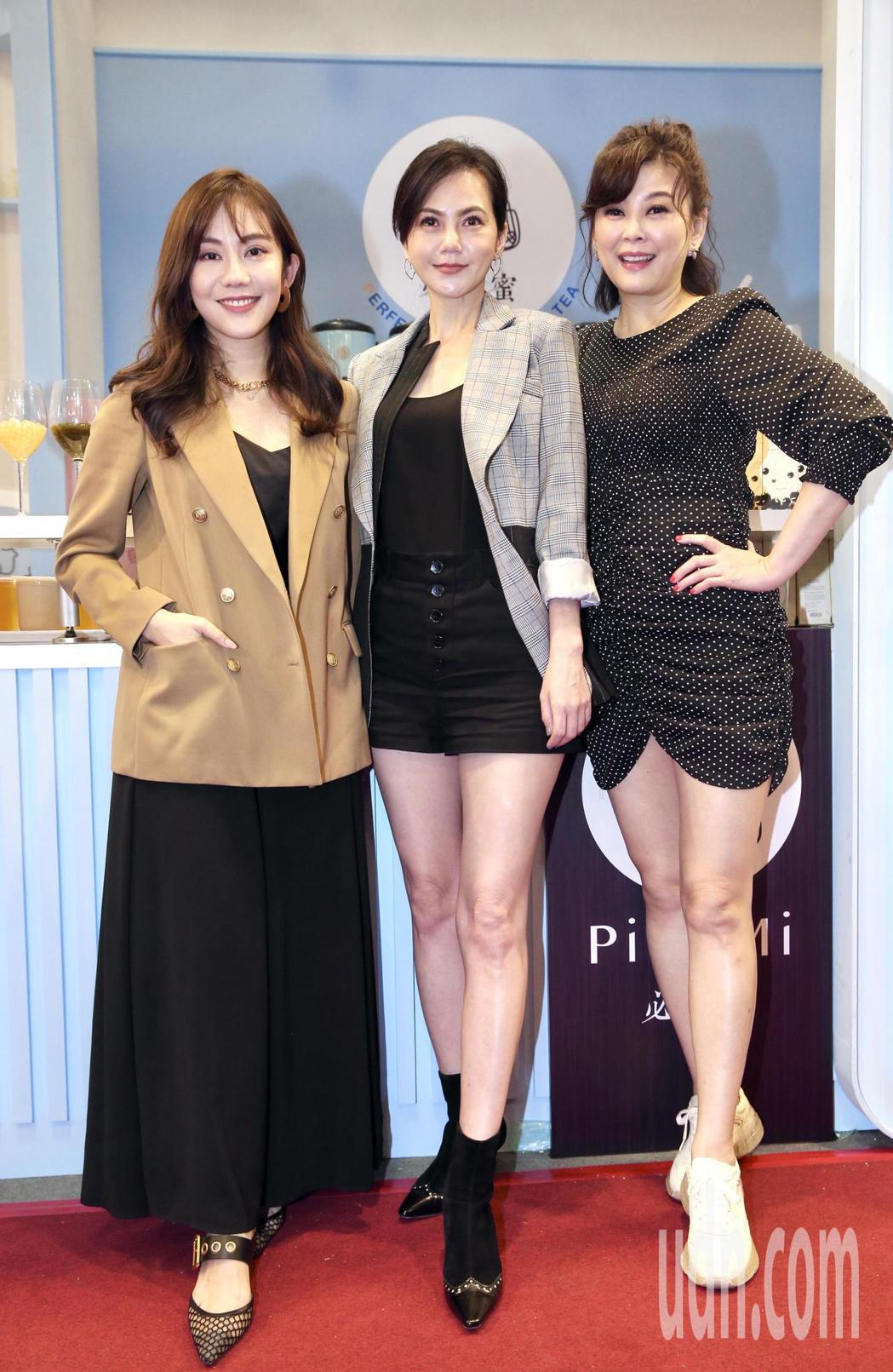 藝人簡沛恩(中)手搖品牌參加加盟展,揪閨蜜方馨(右)、王宇婕(左)站台。記者林俊...