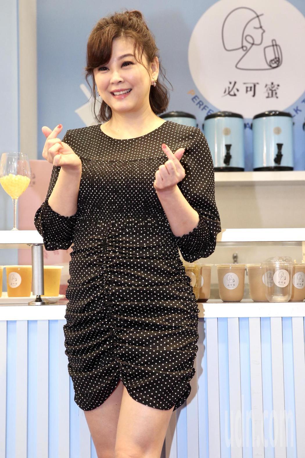 藝人簡沛恩手搖品牌參加加盟展,閨蜜方馨站台。記者林俊良/攝影