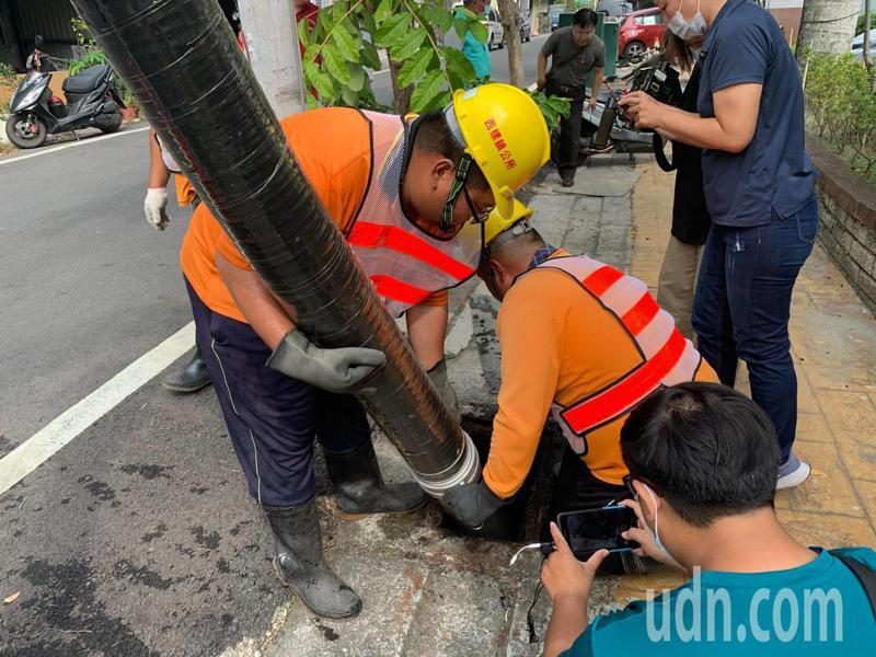 西螺清潔隊人員使用新型清溝車吸取溝內淤泥,並以高壓水柱沖開堵塞物,清淤效率事半功倍。記者陳苡葳/攝影