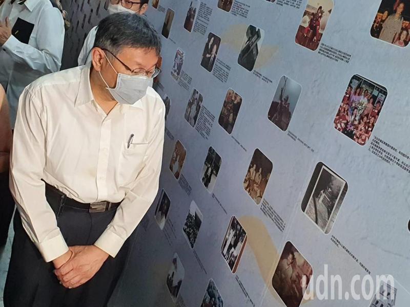 台北市長柯文哲上午參加重陽節系列活動,觀賞北市懷舊老照片。記者楊正海/攝影