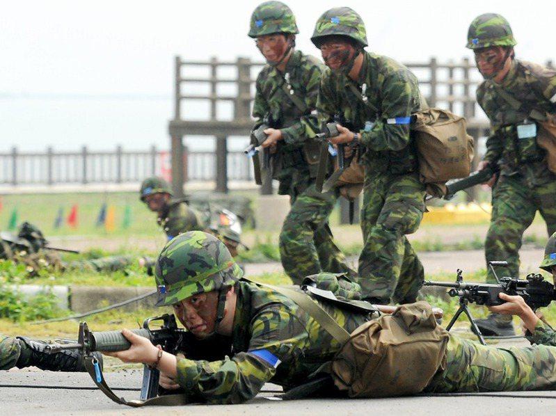 網友希望早退休領退休俸,其他網友建議他可加入國軍。圖/聯合報系資料照片