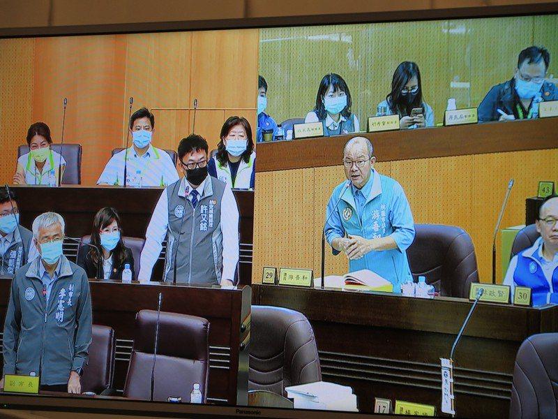 市議員游吾和(右)也不滿批評航空城公司連年虧損,要求航空城公司董事長李憲明(左)與總經理許又銘(中)說明。記者張裕珍/翻攝