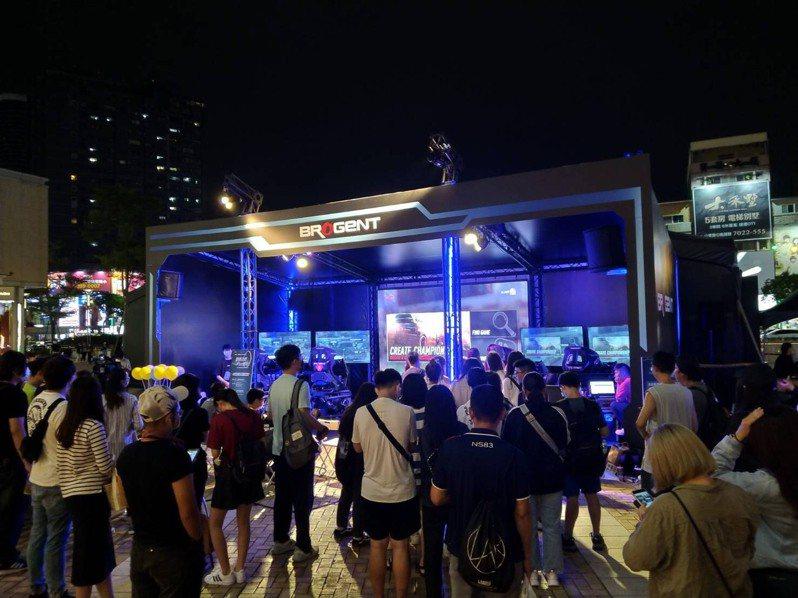 智崴新世代產品賽車模擬器,於高雄巨蛋展出,吸引大批人潮。圖/智崴提供