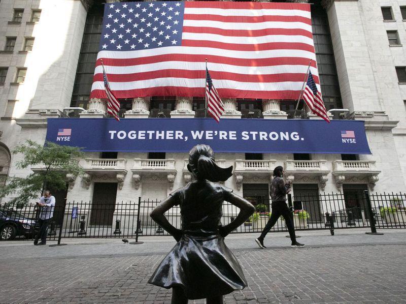 比起政黨惡鬥,通不過疫情紓困預算,工商界樂見民主黨的藍色浪潮席捲美國政壇,上任後立即通過紓困預算。美聯社
