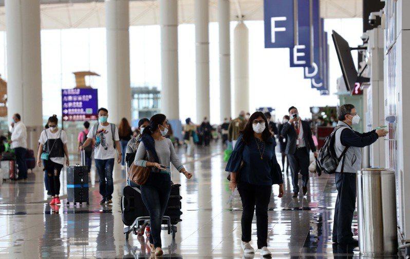 香港今天新增5宗新冠肺炎確診個案,其中4宗為境外移入,剩下1宗為本地傳播但源頭不明的病例。香港中通社