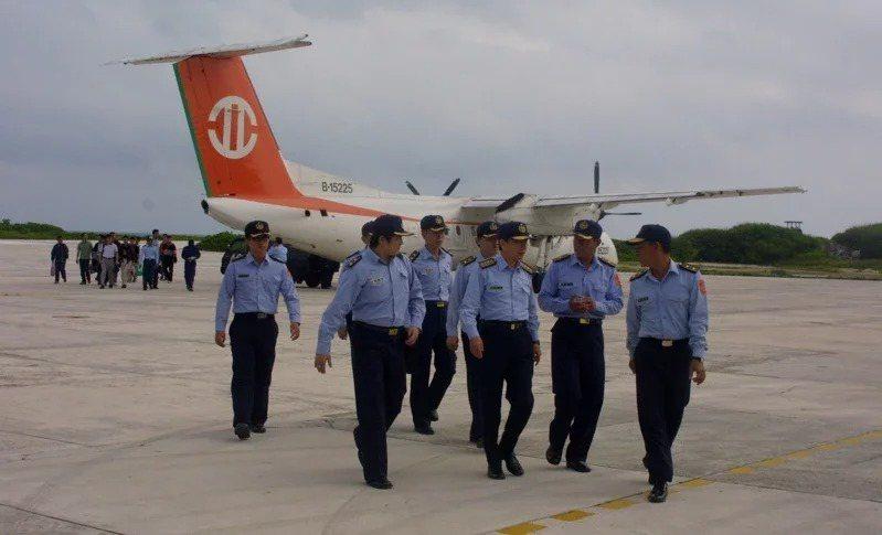 東沙包機多年來都由立榮航空承包,圖為2003年,海巡署海岸巡防總局副總局長芮明福搭機到東沙島視察,當時仍使用加拿大製DHC-8客機。記者許正雄/攝影