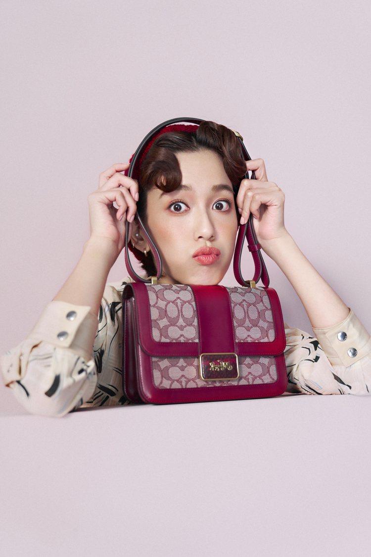 陳庭妮身穿洋裝23,800元搭配Alie手袋27,800元,呈現「都會優雅」樣貌...