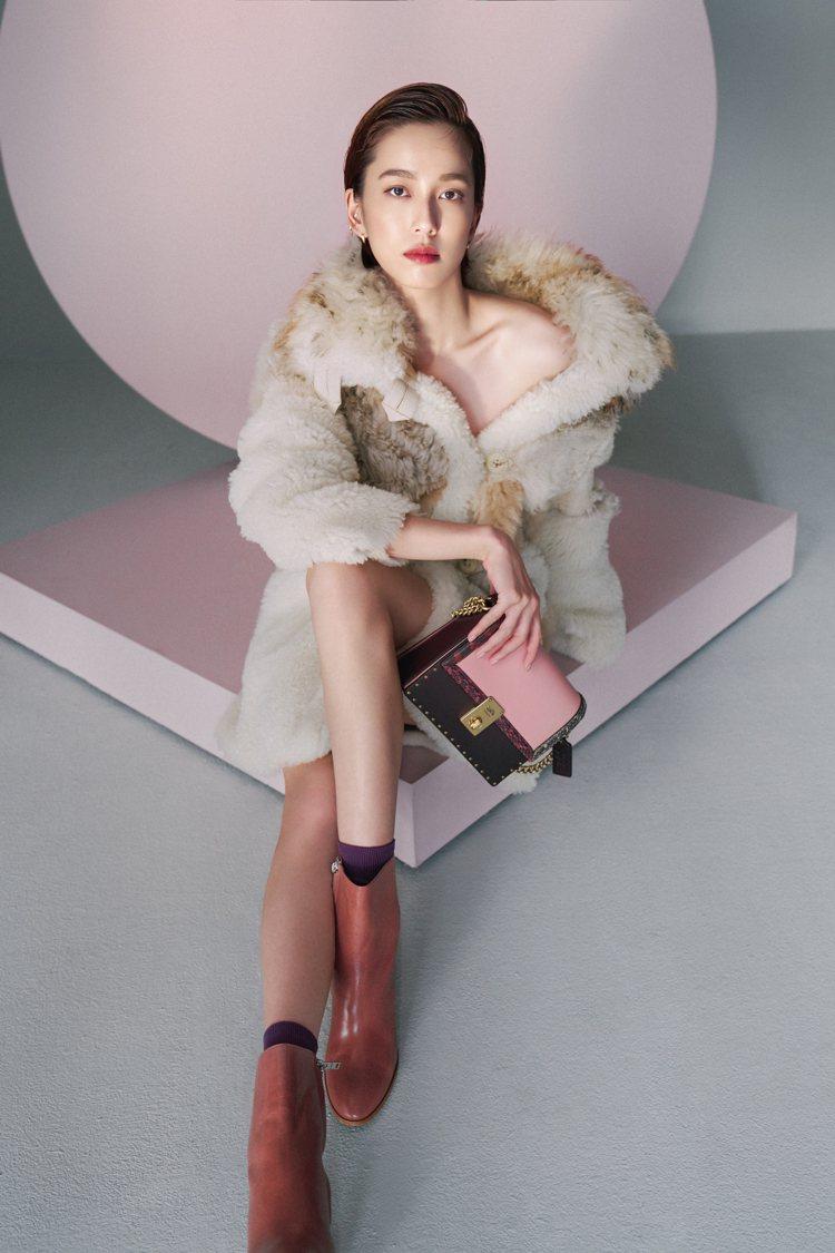 陳庭妮以Shearling大衣98,800元、Brielle短靴14,800元,...