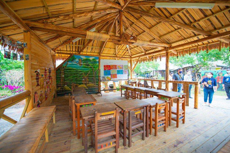 2020年建築園冶獎嘉義縣獲獎的番路鄉逐鹿社區(一群孩子)學當鄒族人。圖/縣府提供
