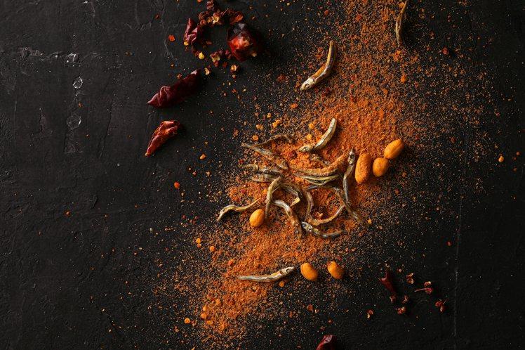 丁香魚、椒麻花生與聖粉,碰撞出辣爽的美妙滋味。圖/魚乾的魚乾提供