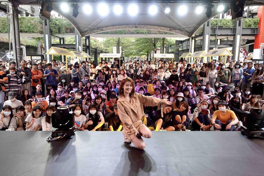 張語噥首度躍上VOGUE新秀舞台演出遇大雨。圖/上城娛樂提供