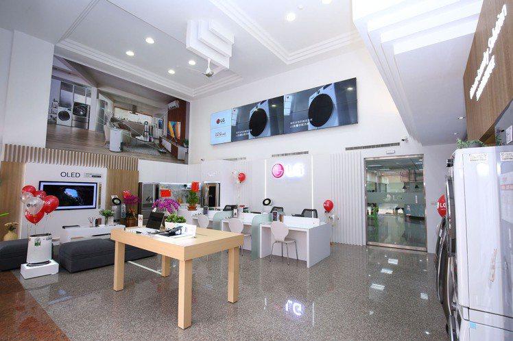 全台最大的LG台中服務中心暨智慧家庭聯網體驗館盛大開幕,挑高7米空間寬闊氣派,結...