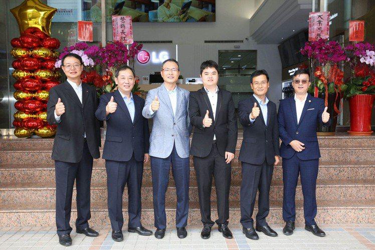 台灣LG電子宣布全台最大LG服務中心暨智慧家庭聯網體驗館於台中盛大開幕。(左起:...