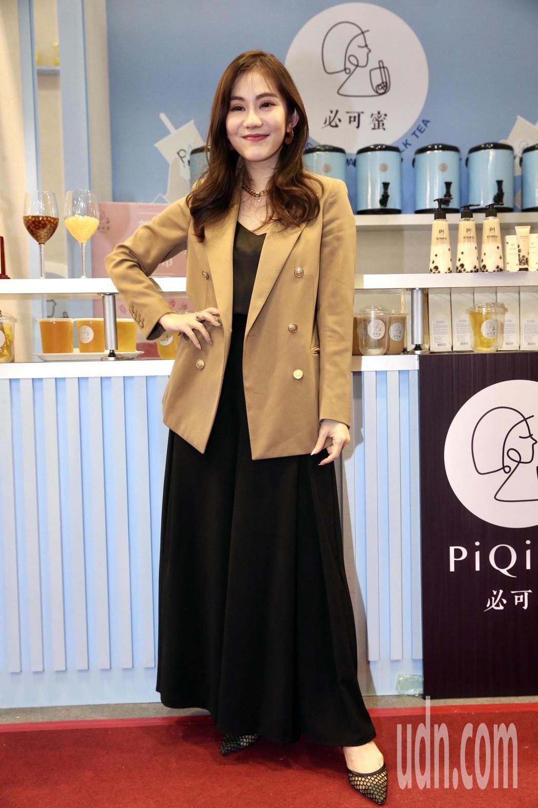 王宇婕為好友簡沛恩的手搖品牌站台。記者林俊良/攝影