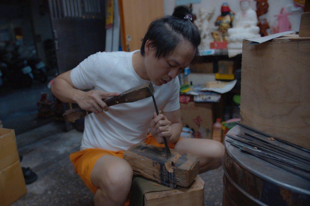 黃鐙輝曾因半夜練木雕驚醒家人。圖/東森提供