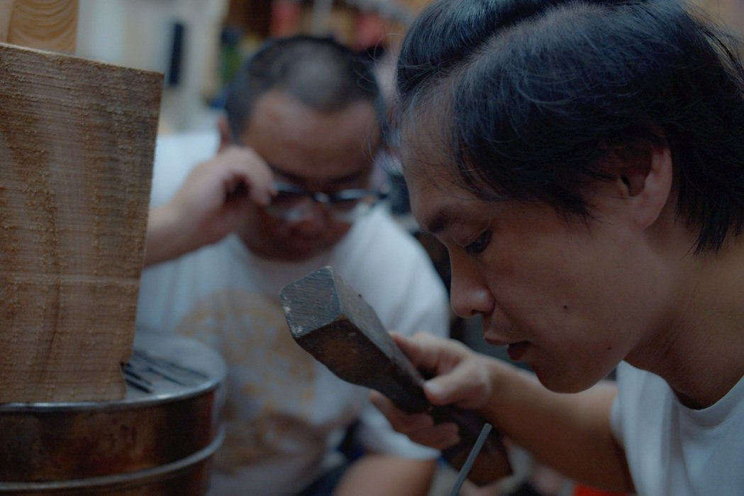 黃鐙輝為新戲「神之鄉」拜師學木雕。圖/東森提供
