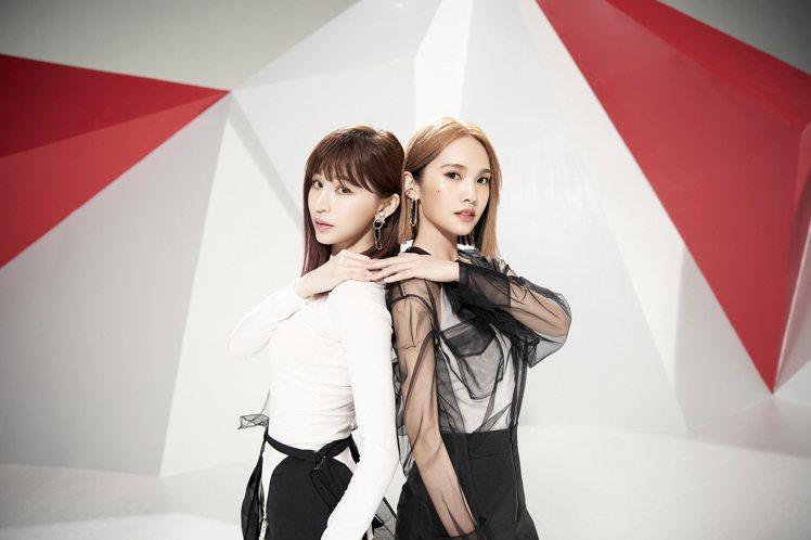 楊丞琳(右)新歌「女孩們」邀來好友王心凌合唱大秀姐妹情。圖/EMI提供
