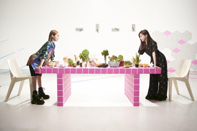 楊丞琳(左)新歌「女孩們」邀來好友王心凌合唱大秀姐妹情。圖/EMI提供