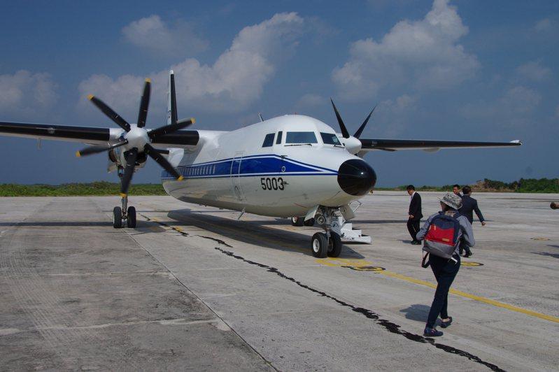 東沙機場上的空軍福克50人員運輸機。圖/軍友社提供