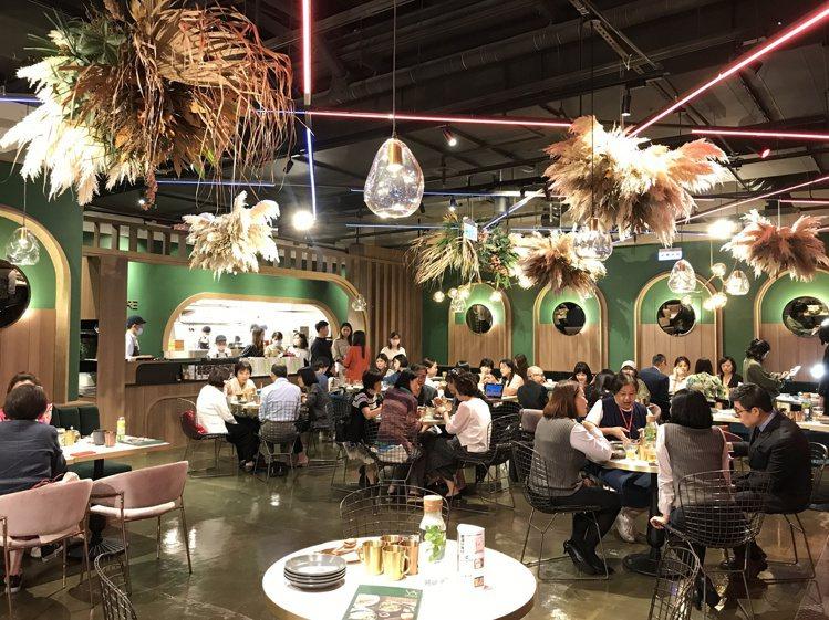 善果餐飲集團全新品牌「Vegan Amore蔬慕」,全台百貨獨家進駐京站3樓。記...