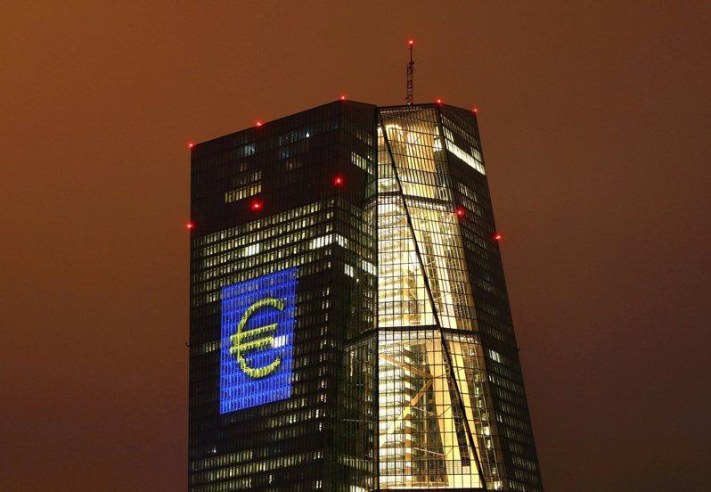 歐洲央行正實驗數位歐元並尋求公眾意見,圖為法蘭克福照明展期間,歐元符號投射在歐洲央行總行大樓外牆上的景象。 路透