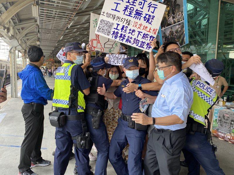 聲援台南鐵路地下化拆遷戶的學生昨天上午到台南火車站,向參加活動的市長黃偉哲嗆聲抗議,被警方與工作人員包圍攔阻。記者修瑞瑩/攝影