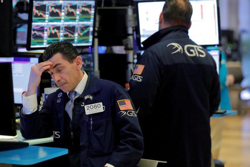 美國股市早盤下跌,道瓊指數跌幅逾300點。路透