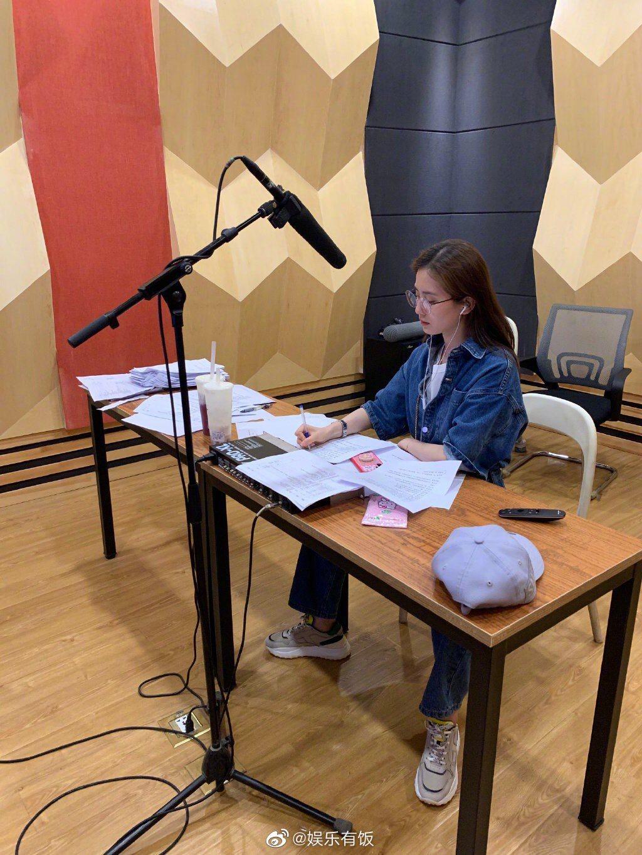 劉詩詩坐姿相當豪邁。圖/摘自微博
