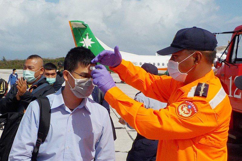 立榮航空由高雄小港機場飛往東沙的軍包機,昨天被香港拒絕進入飛航情報區,圖為東沙島登島人員接受量體溫。圖/取自海巡署東南沙分署