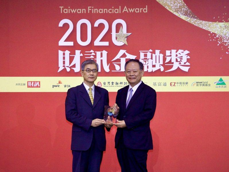 華南銀行獲財訊最佳金融科技銀行大獎殊榮,金管會主委黃天牧(左)擔任頒獎嘉賓,由華南金暨華南銀行董事長張雲鵬(右)代表受獎。華南銀行/提供