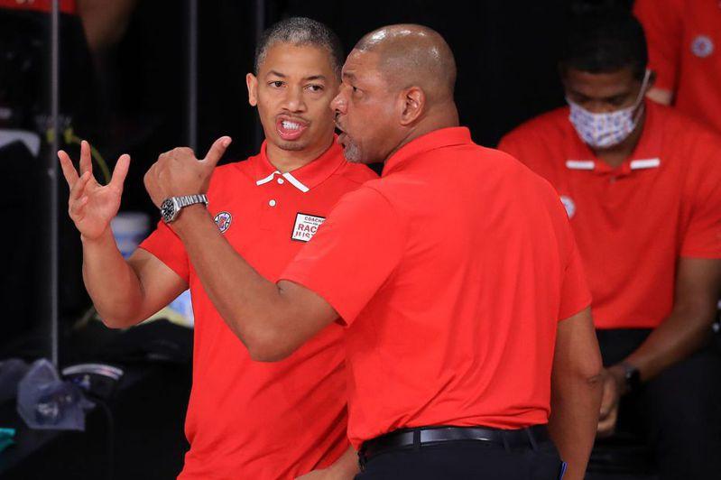 原快艇助教泰隆魯(左)接替瑞佛斯(右)位置,將正式職掌球隊兵符,簽下5年合約升任總教練。 法新社