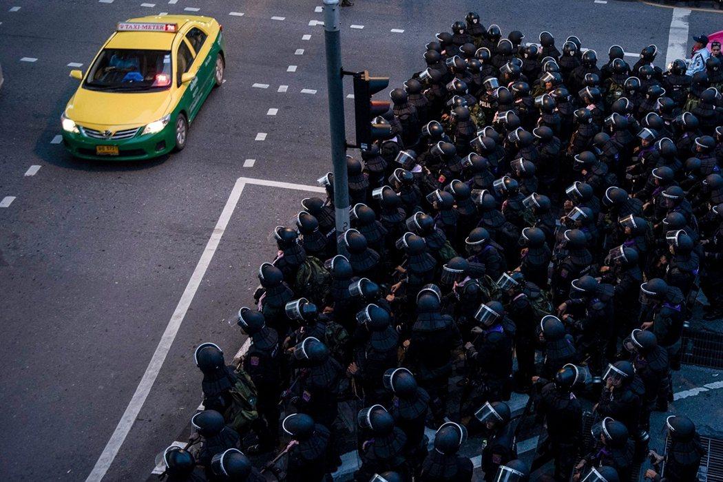 面對團結收攏的青年抗爭,泰國皇家警察與陸軍仍不斷朝首都增派兵力。 圖/法新社