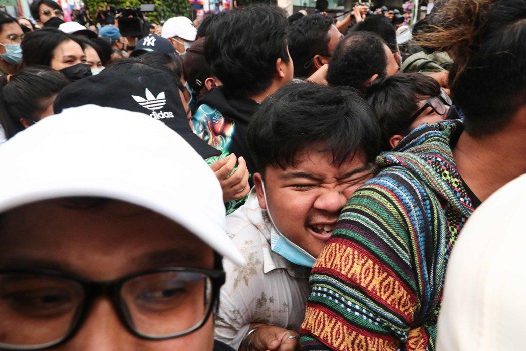 自15日下午開始,成千上萬的泰國民眾,卻自發性地湧入曼谷市中心,並以「約定的拉差...