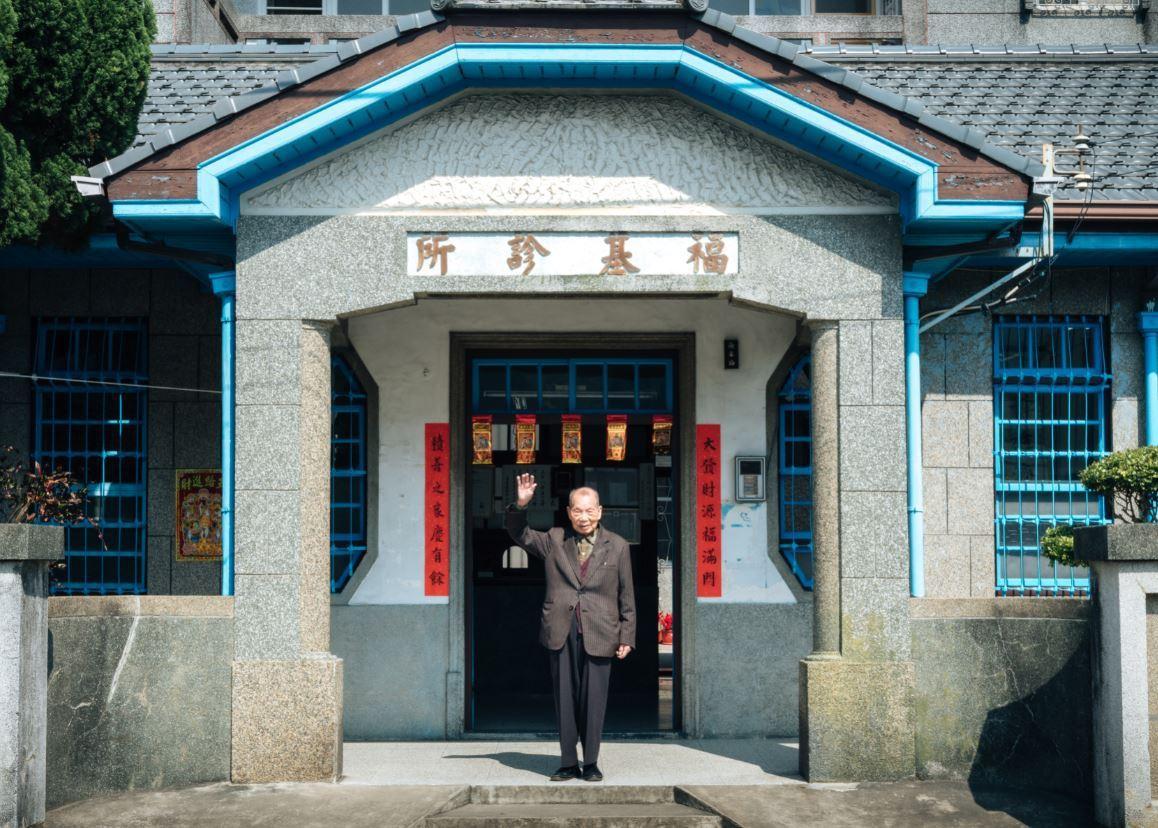 謝春梅和他開業超過70年的福基診所。 圖/張紀詮 攝影