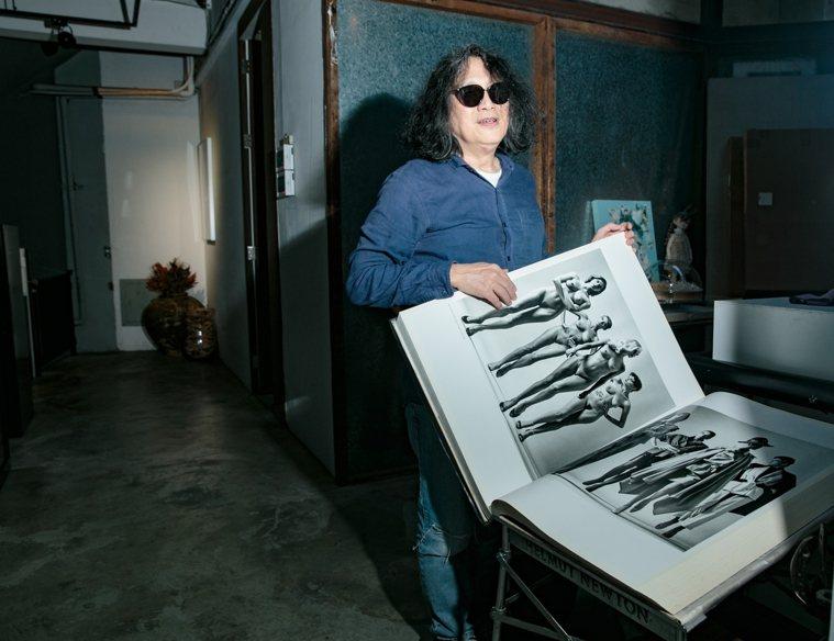 藝術家郭英聲展示自己珍藏20世紀最重、最貴的影像書「Helmut Newton'...