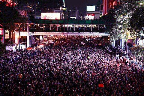 數萬名泰國示威者15日下午無視大批軍警封鎖的集會禁令,以壓倒性的人海優勢,徹底填...
