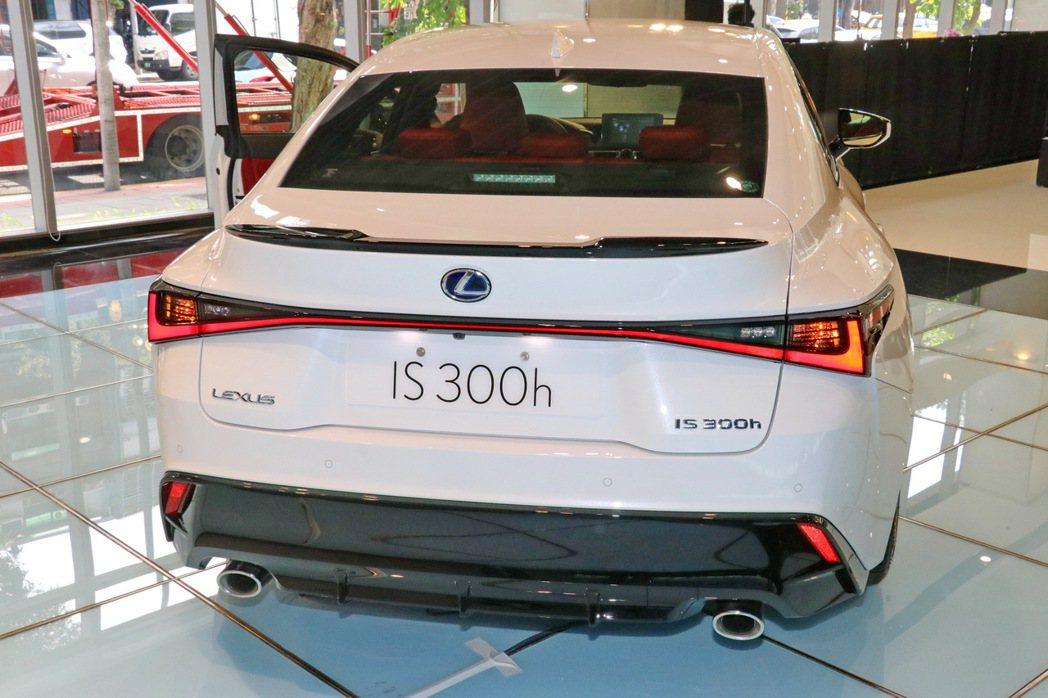 一體連貫式尾燈、F SPORT下保桿的造型都讓車尾特別具有辨識性。 記者陳威任/...