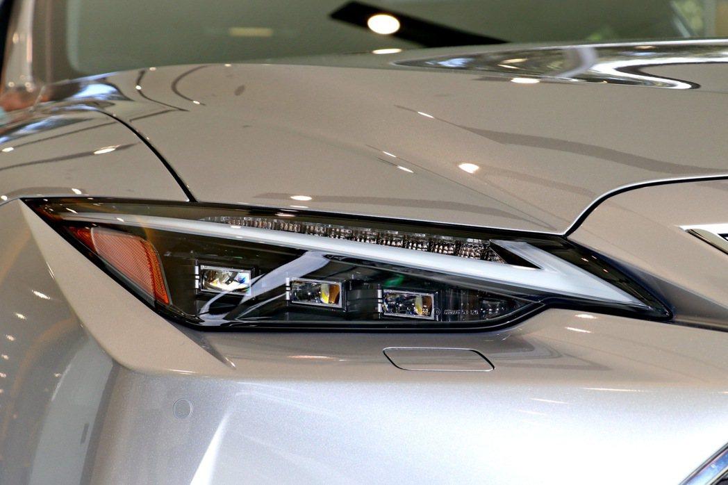 IS頂級車型配備三眼式頭燈。 記者陳威任/攝影