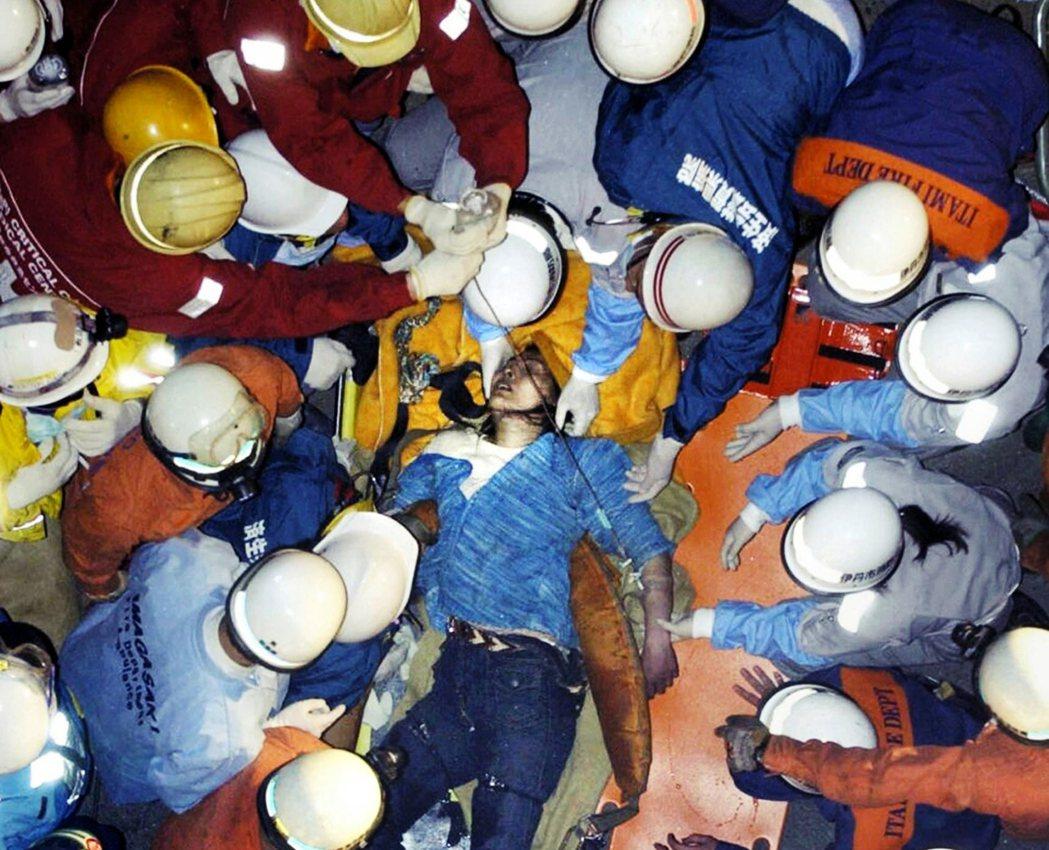 JR西日本卻認為「自己也是被害者」。圖為JR福知山線出軌事故時的乘客救援。 圖/...