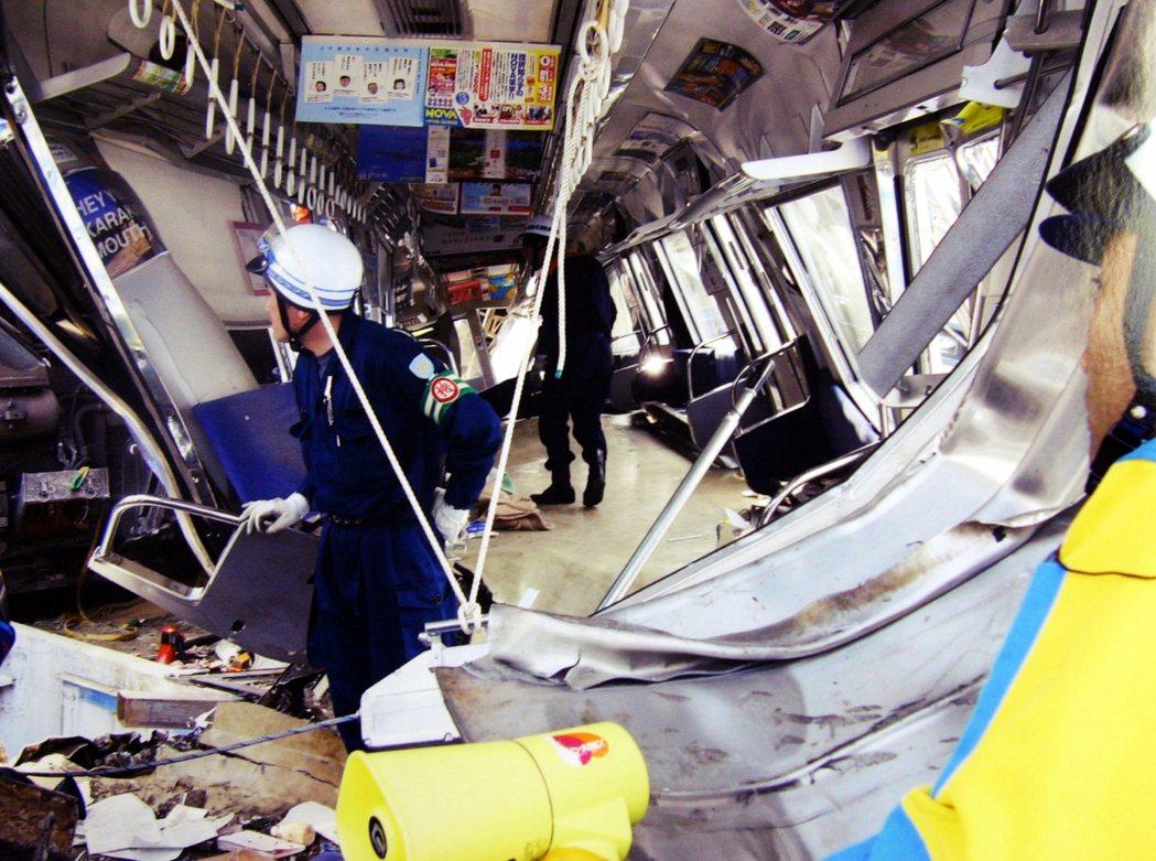 JR福知山線事故後,已經扭曲的車輛內部。 圖/路透社