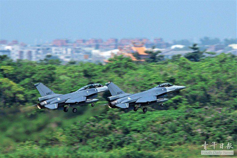 只消少買一架F-16戰機或幾枚PAC-3 MSE飛彈,就夠全面換裝12個後備旅所有的步槍等基本武器。圖為F-16V。 圖/青年日報